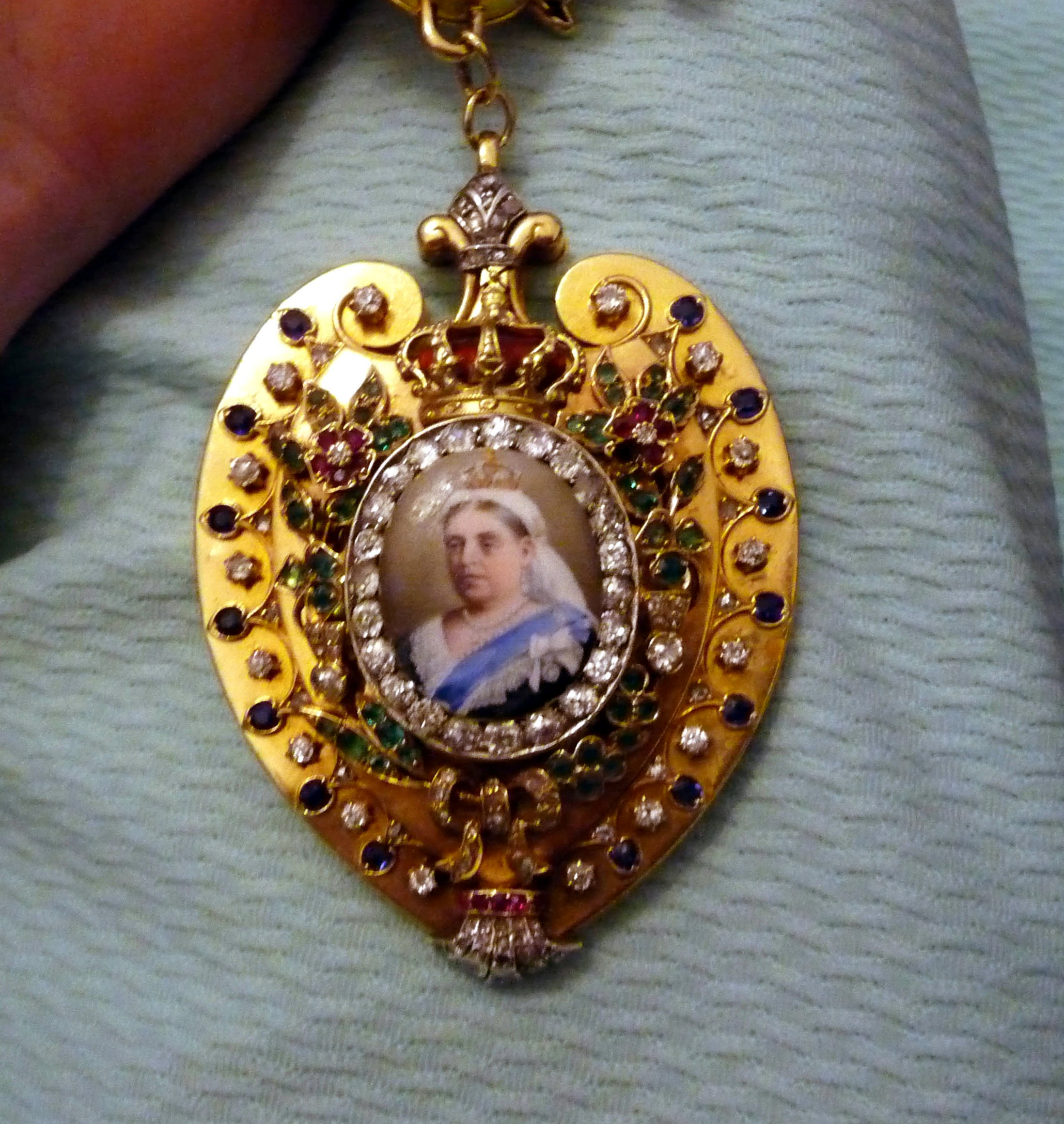 this chain of office is worn by the Lady Mayoress during evening functions